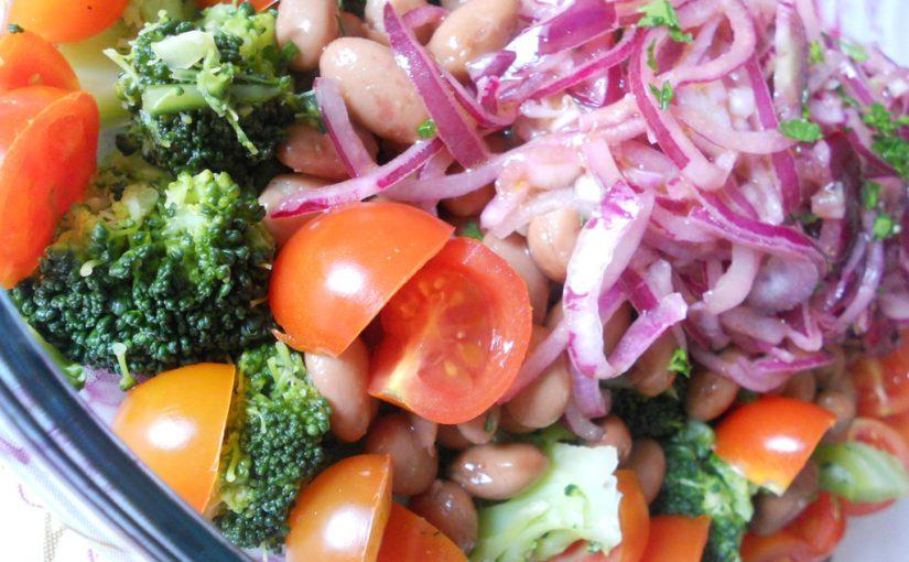 Insalatona di fagioli e verdure – ricetta di un piatto unico light e veloce