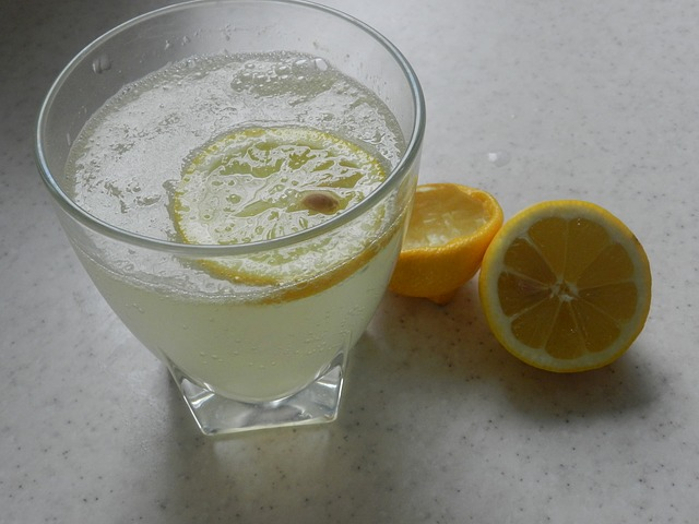acqua-e-limone-a-digiuno-benefici-pancialeggera