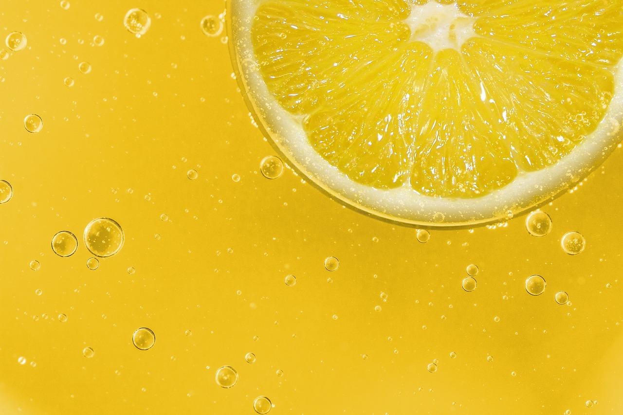 Acqua e limone a digiuno – fa bene o fa male? Benefici e controindicazioni.