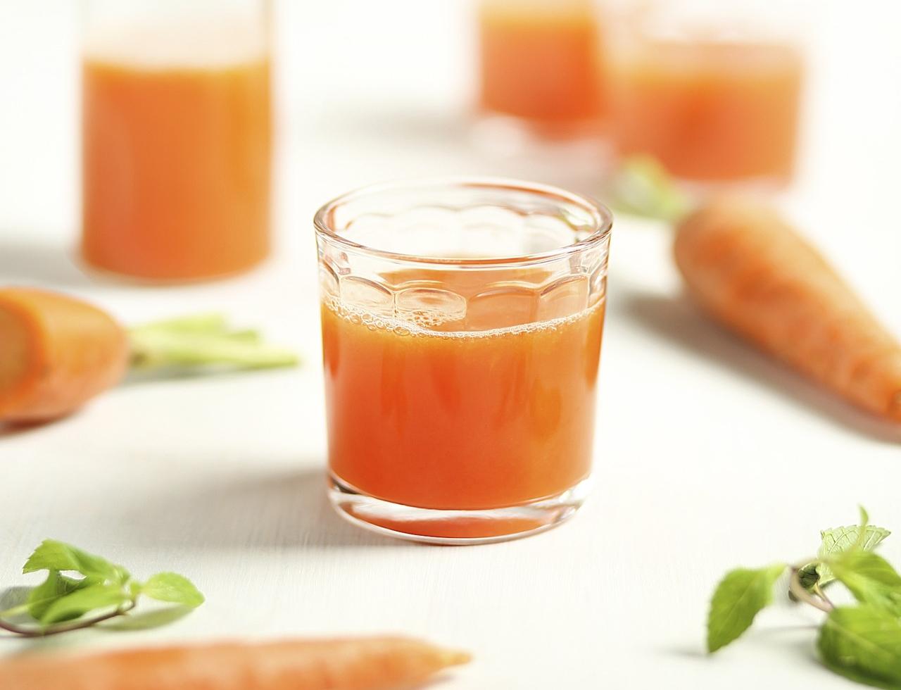 Succo vivo di carota – non solo contro il cancro: 10 benefici e motivi per consumarlo ogni giorno