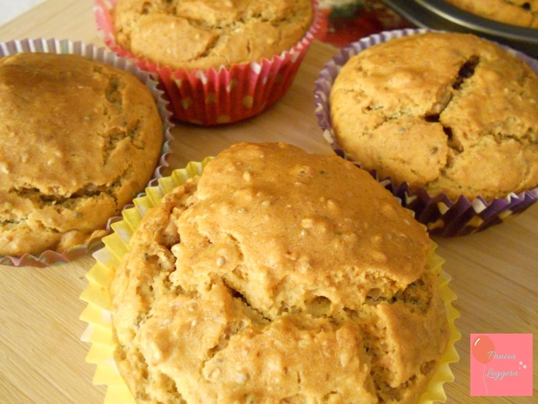 Muffin salati integrali senza uova con farina di ceci, semi di chia, cipolle rosse e feta