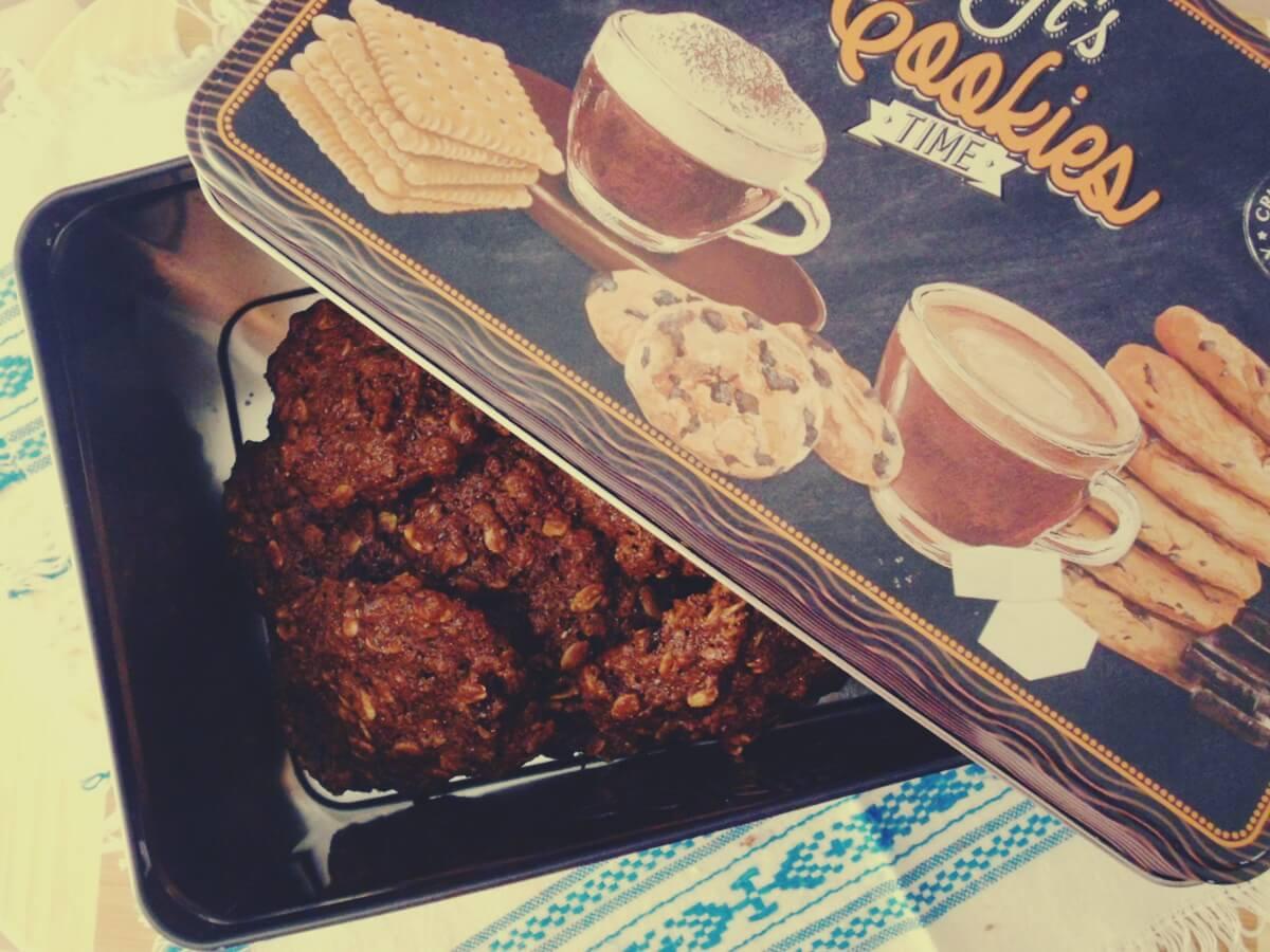 Biscotti rustici al cacao con avena, farina integrale e uvetta – ricetta light senza uova e senza burro
