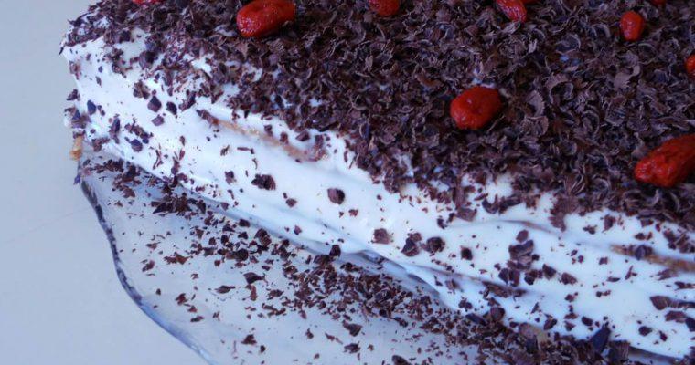 Torta integrale con noci farcita con crema allo yogurt – senza uova e senza burro