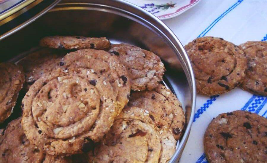 Biscotti integrali di farro con fiocchi di avena, cioccolato, mandorle e uvetta – ricetta facile senza uova e senza burro