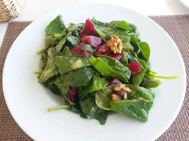 cibi-ricchi-di-collagene-verdure-a-foglia-verde